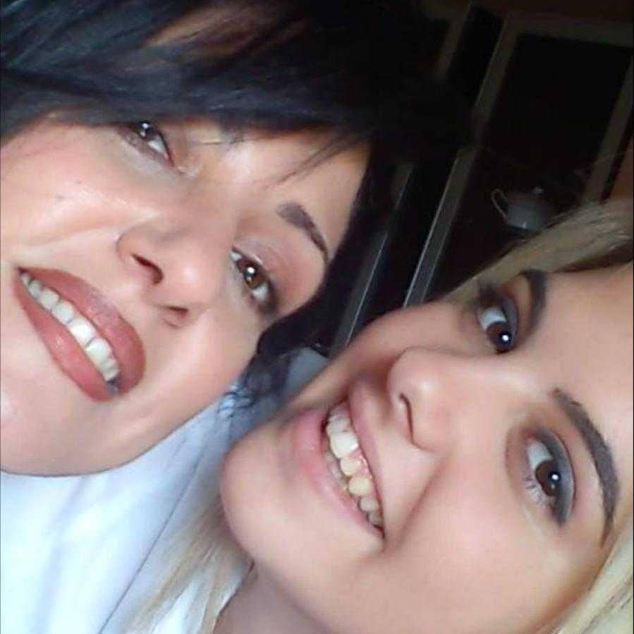 Μάνα και κόρη σε χαρούμενες στιγμές του παρελθόντος