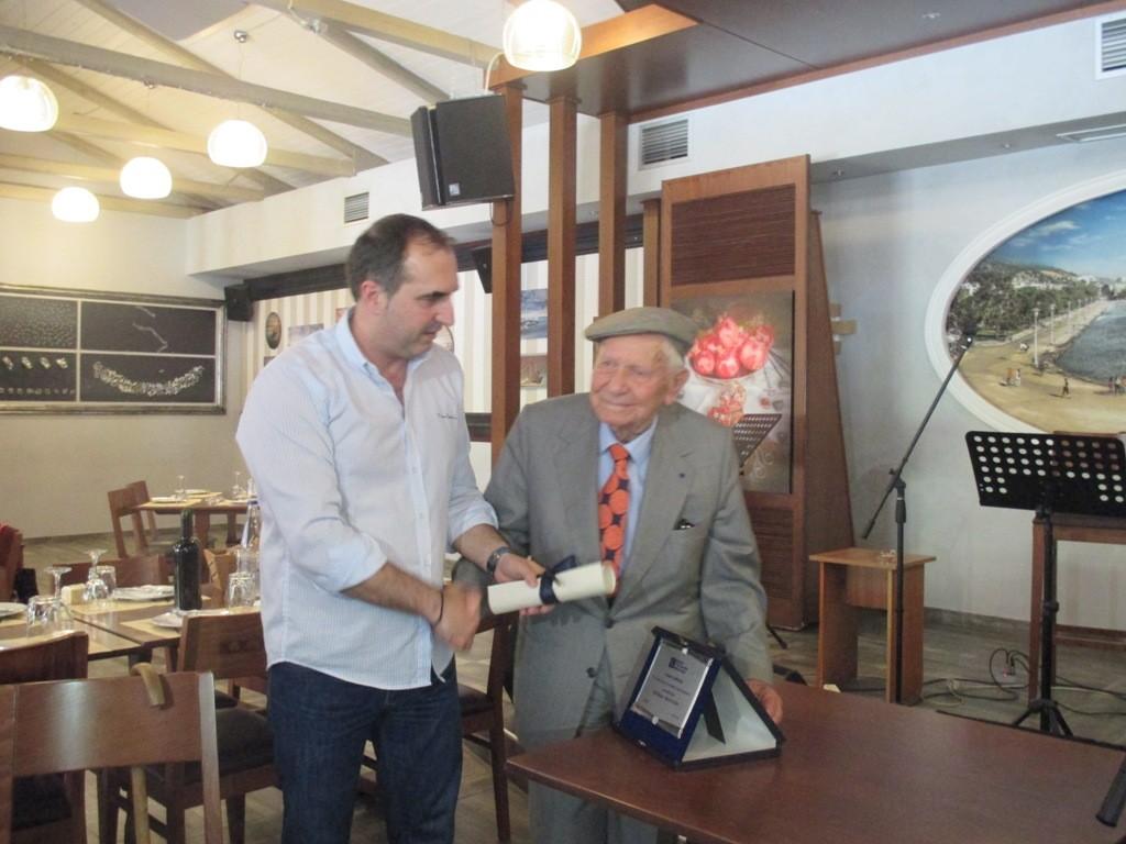 Ο κ. Αρσενίου παραλαμβάνει το βραβείο από τον πρόεδρο της ΕΣΗΕΘΣτΕΕ Δημήτρη Χορταριά