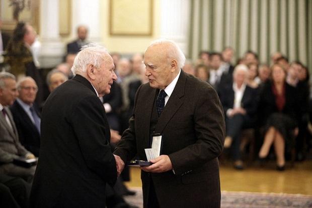 2015: βράβευση του Λάζαρου Αρσενίου από τον τότε Πρόεδρο της Δημοκρατίας Κάρολο Παπούλια